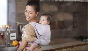 Бебетата, носени в близост до тялото на един от родителите си, стават по-социални и по-общителни. Те виждат това, което прави мама или тате, чуват онова, което той/тя чува и понякога чувстват това, което родителят чувства.